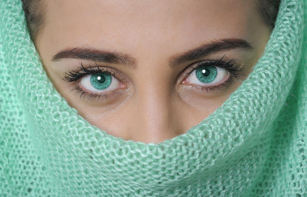 Comment appliquer de la crème sur le contour des yeux ?